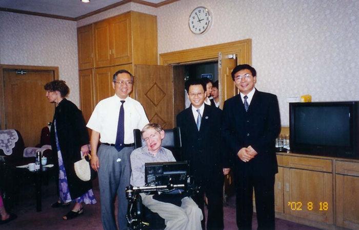 嫁期智教授、霍金教授、丘成桐教授