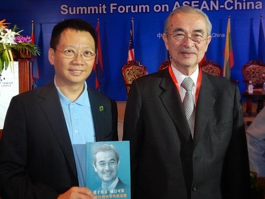 Prime Minister Badawi Presented Dr. Mo Baolin