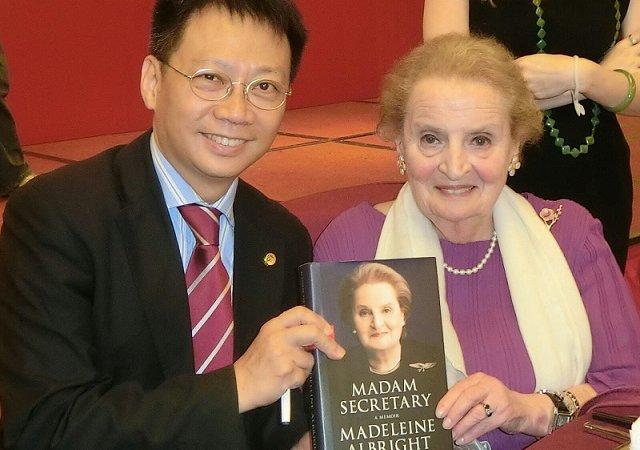 林博士與克林頓總統時期第一名女性國務卿 Madeleine Albright 於南京見面,並獲贈親筆簽名著作