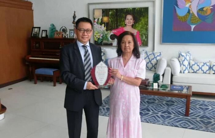 林博士應邀到菲律賓前總統阿羅約夫人官邸午膳,並獲表彰