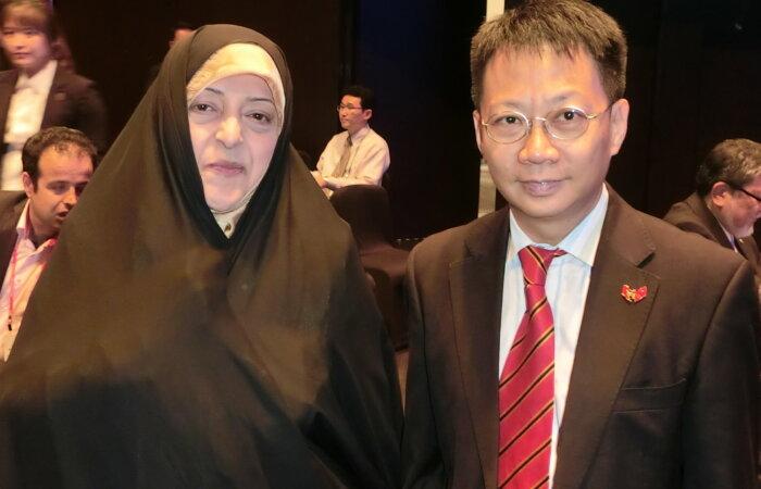 與伊朗女副總統Massoumeh Ebtekar 於首爾第七屆亞洲領袖論壇會面