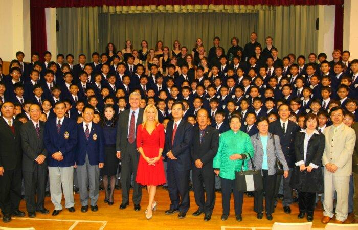 2007 年我贊助英國劍橋大學Queens' College School Choir 30多人與母校 舉辦聯合音樂會