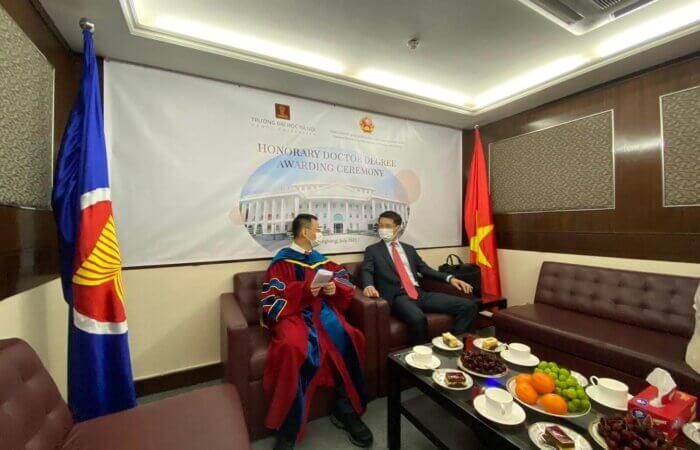 2021年 7月30日 越南河內大學 授予名譽博士 給林博士 典禮在越南駐港大使館舉行